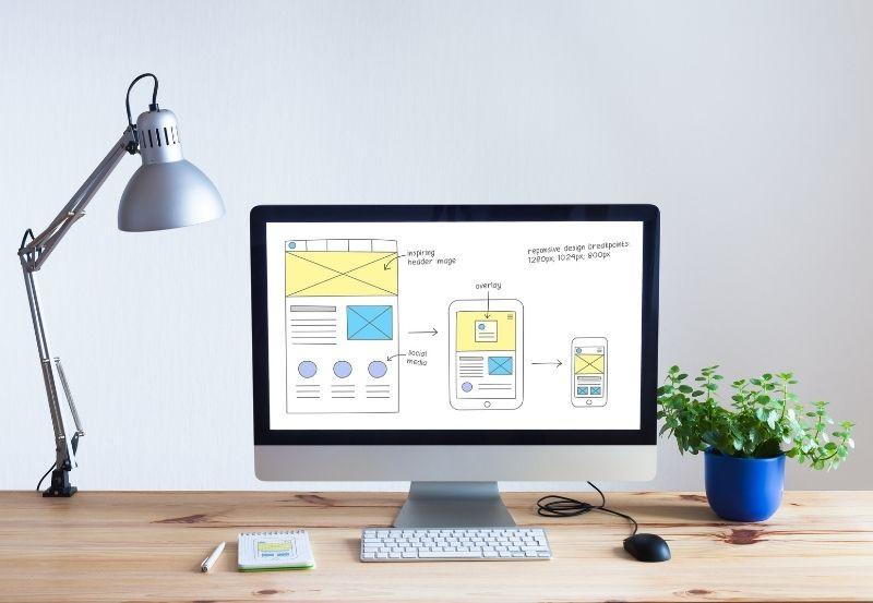 un computer con un progetto di creazione sito su wordpress