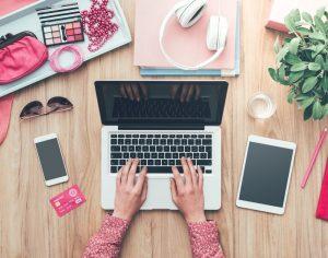 foto di una blogger con cellulare comouter e tablet per articolo su come vendere servizi online